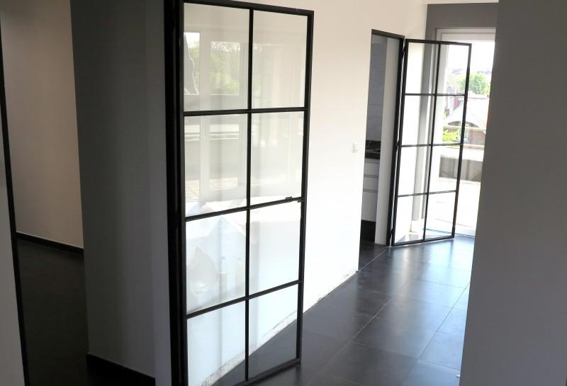 metalen deur met stopverf