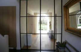 metalen deur met verdelingen