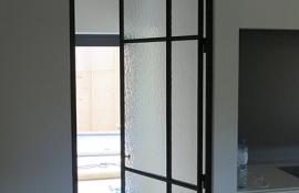 strakke smeedijzeren deur